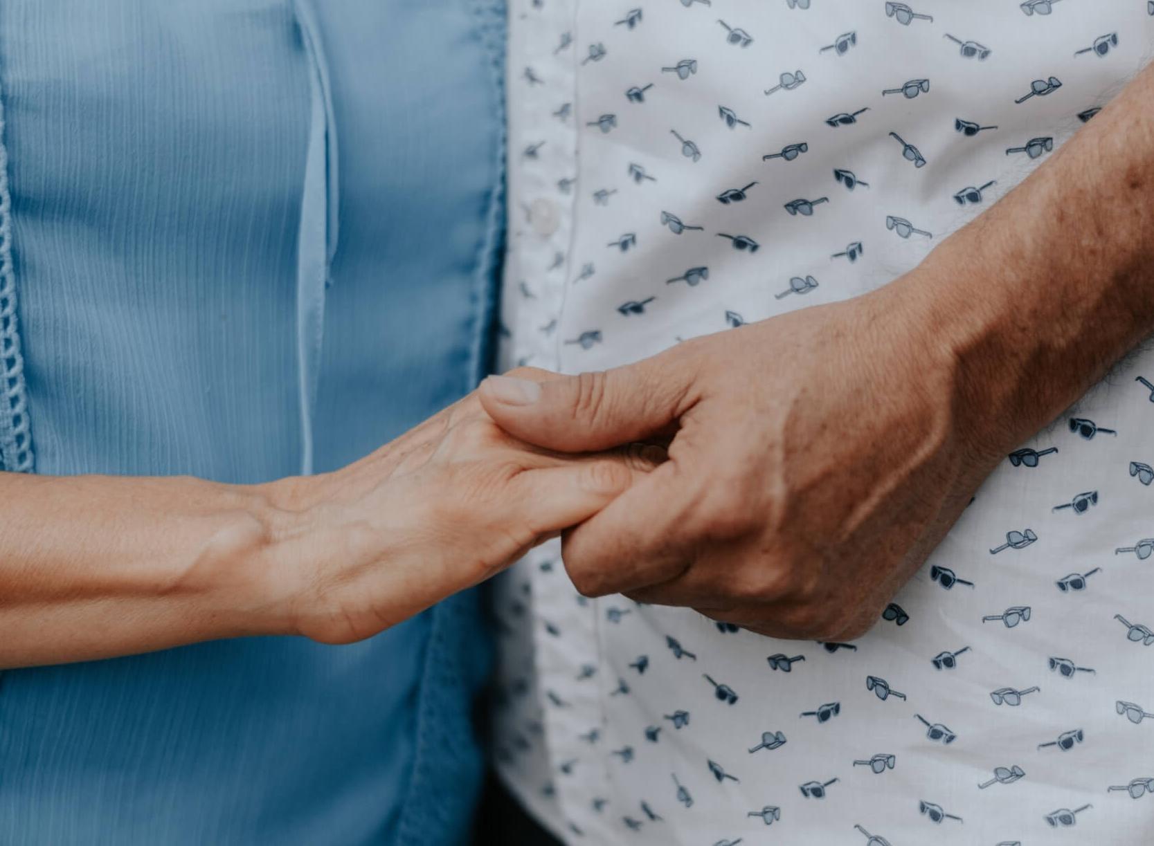 Symptome, Pflege und Isolation: Ein Paar und die Alzheimer-Krankheit